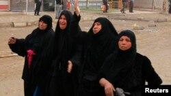 نسوة عراقيات في تشييع ضحية قتل في تفجير بمنطقة جسر ديالى