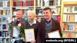 Ляўрэаты прэміі (зьлева направа) Валянцін Стэфановіч, Валеры Шчукін і Зьміцер Лукашук