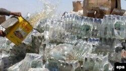 ارشیف، کابل کې نیول شوي سلګونه لیتره شراب د لهمنځه وړلو پر مهال