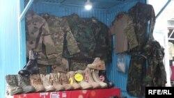 Lažne uniforme na pijaci u Kabulu