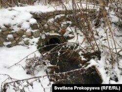 По этим стокам из трубы с очистных сооружений в реку Гдовку поступает серая жидкость