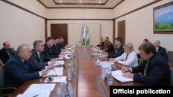 Делегация ФБР на встрече в МВД Узбекистана. Фото с сайта МВД РУз.