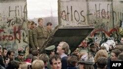 Падение Берлинской стены в ноябре 1989 года – один из самых ярких символов перемен в Восточной Европе