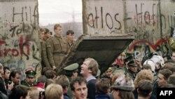 Падіння однієї із секцій Берлінського муру, ранок 11 листопада 1989 року