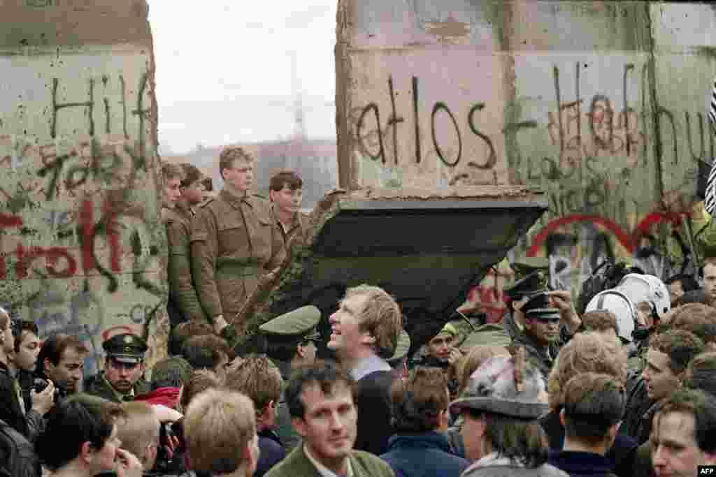 """Берлинская стена - одно из самых известных подобных сооружений. Ограждение длиной 155 км появилось в центре Берлина в 1961 году после обострения отношений между ГДР (под контроем СССР) и ФРГ (под руководством США, Великобритании и Франции). Нередко ее называли """"Позорной стеной"""""""