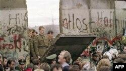 Pamje nga rrëzimi i Murit të Berlinit më 11 nëntor të vitit 1989