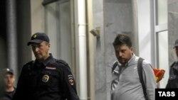 Главу предвыборного штаба Демкоалиции в Новосибирске Леонида Волкова в сопровождении полицейских выводят из здания Избиркома после отказа в регистрации списка