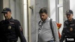 Начальник штаба ПАРНАСа на выборах в Новосибирске и Костроме Леонид Волков под конвоем полиции