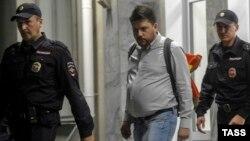 Объявившего голодовку главу штаба Демкоалиции Леонида Волкова выводят из избиркома Новосибирской области