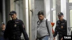 Главу предвыборного штаба ПАРНАСа в Новосибирске Леонида Волкова в сопровождении полицейских выводят из здания избиркома