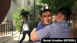 Валихан Разов, бывший начальник областного департамента по регулированию естественных монополий, обнимает родственника после приговора. Уральск, 14 июня 2016 года.