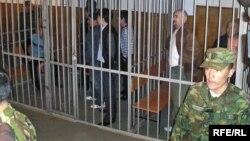 """""""Шаңырақ ісі"""" бойынша өткен сотта айыпталушыларды сарбаздар күзетіп тұр. Алматы, 5 қазан 2007 жыл."""