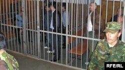 Военнослужащие стоят у клетки для подсудимых во время суда по «Шаныракскому делу». Алматы, 5 октября 2007 года.