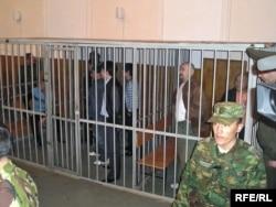 Үкім шыққан күні сот залында тұрған «Шаңырақ ісінің» соттталушылары. Алматы, 5 қазан 2007 жыл.