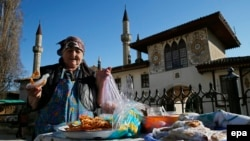 Кырымтатар апасы Бакчасарайда хан мәчете янында татлы сата