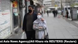 Жители на Иран носат маски за заштита од коронавирусот