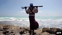 تصویری از یکی از دزدان دریایی سومالی