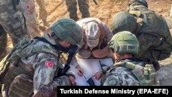 თურქეთისა და რუსეთის სამხედროები თათბირობენ ჩრდილოეთ სირიაში, აინ ალ-არაბის რეგიონში პატრულირებისას. 2019 წ. 5 ნოემბერი.