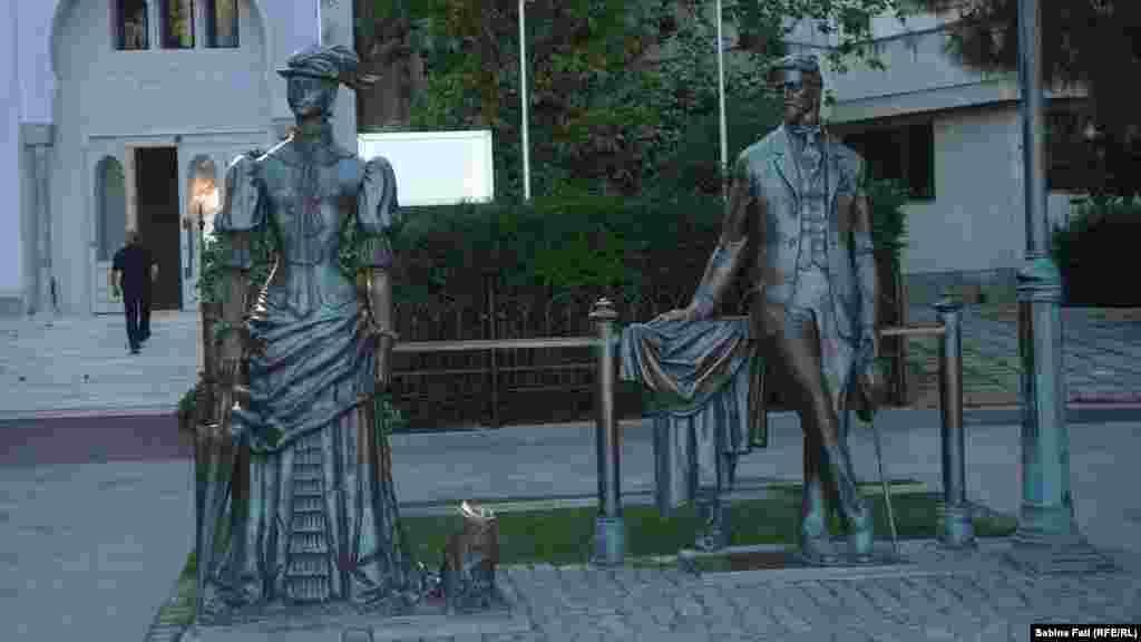 Пам'ятник «Дама з собачкою» на набережній у Ялті відкрили в рамках 100-ї річниці з дня смерті автора твору Антона Чехова