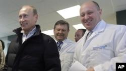 Евгений Пригожин (справа) показывает Владимиру Путину фабрику по производству школьного питания. 10 сентября, 2010 г.