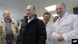 "Владимир Путин и Евгений Пригожин (справа) на одном из предприятий комбината питания ""Конкорд"", сентябрь 2010 года"