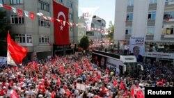 Президент Режеп Тайып Эрдогандын негизги атаандашы, оппозициядагы башкы саясий күч - Республикалык Элдик партиянын (CHP) президенттикке талапкери Мухаррем Инженин шайлоо митингдеринин бири. Стамбул, 3-июнь, 2018-жыл.