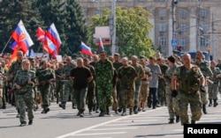 Полонених українців ведуть у центрі Донецька, серпень 2015 року