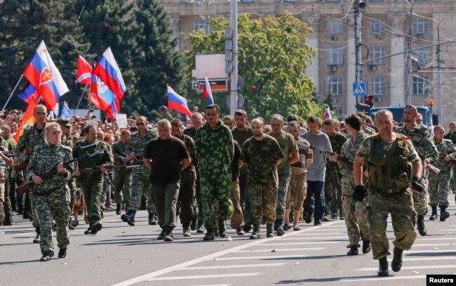 Пленных украинцев ведут по центру Донецка, август 2015