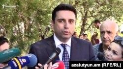 Вице-спикер парламента Ален Симонянбеседует с журналистами (архив)
