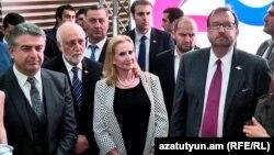 Премьер-министр Армении Карен Карапетян (слева), посол США в Армении Ричард Миллз (слева)