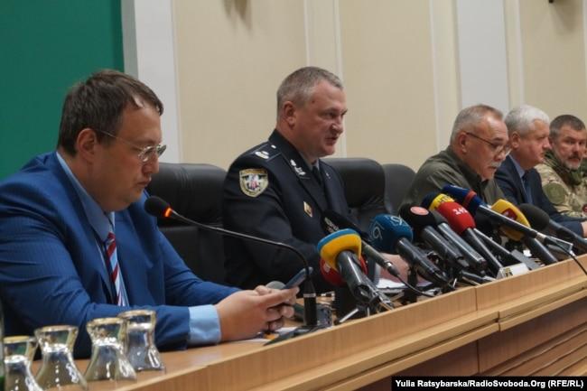 Народний депутат Антон Геращенко (крайній ліворуч) та голова Національної поліції Сергій Князєв (праворуч від Антона Геращенка) під час брифінгу у Дніпрі. 10 травня 2017 року