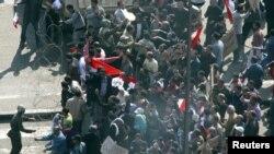Жоокерлер президент Мубарактын жактоочуларын Тахир аянтына өткөрбөй тосууда. Каир, 2-февраль 2011