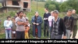 Mirhunisa Zukić (u sredini) sa povratnicima, Travnik 2009.