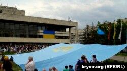 2010 senesi iyün 26 künü Qırımtatar bayrağı künü