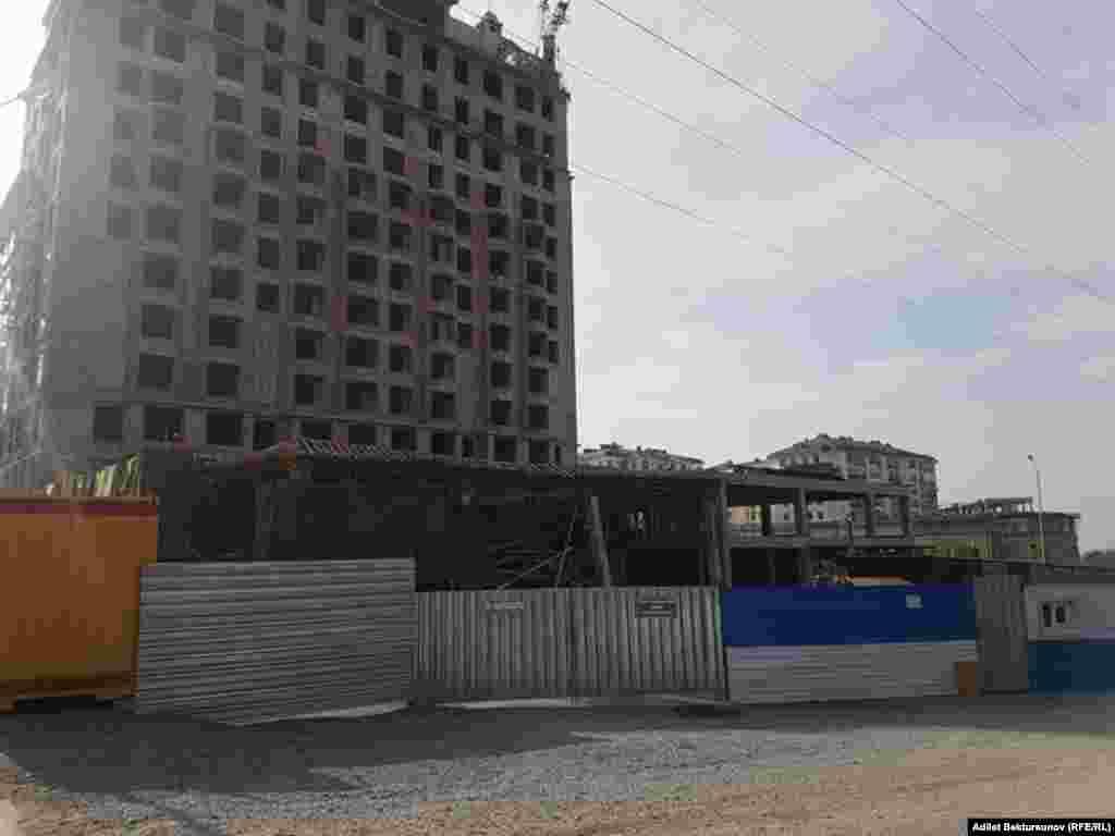 Предполагается, что обрушение произошло во время заливки бетона на втором этаже строящегося здания по Южной магистрали.
