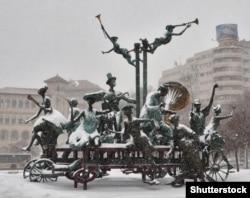 Un monument din 2010 numit Cartful Of Clowns se află în fața Teatrului Național București.  Colecția masivă este inspirată din operele dramaturgului roman Ion Luca Caragial.