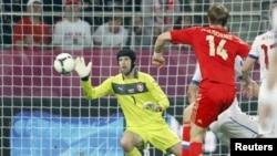 Роман Павлюченко забивает гол в ворота сборной Чехии. Вроцлав, 8 июня 2012 г.