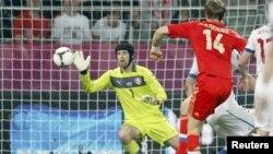 Orsýetiň komandasynyň hüjümçisi Roman Pawlýuçenko anna günki oýunda Çehiýa Respublikasynyň komandasynyň derwezesine garaşylmadyk gol saldy. Wroslaw, 8-nji iýun, 2012.