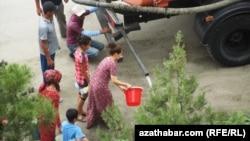 Раздача воды населению Ашхабада (архивное фото)