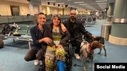 مریم ممبینی، همسر و دو پسر کاووس سیدامامی. خانم ممبینی هفته گذشته و پس از نزدیک به ۶۰۰ روز موفق به خروج از ایران شد