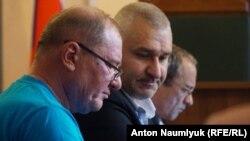İlmi Umerov ve advokat Mark Feygin mahkemedeler, iyülniñ 5-şi 2017 senesi