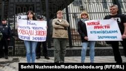 Ukraynadakı Rusiya səfirliyi qarşısında aksiya, axiv fotosu