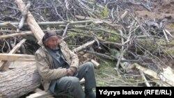Көшкін болған жерде отырған адам. Аюу ауылы, Ош облысы, Қырғызстан. 29 сәуір 2017 жыл.