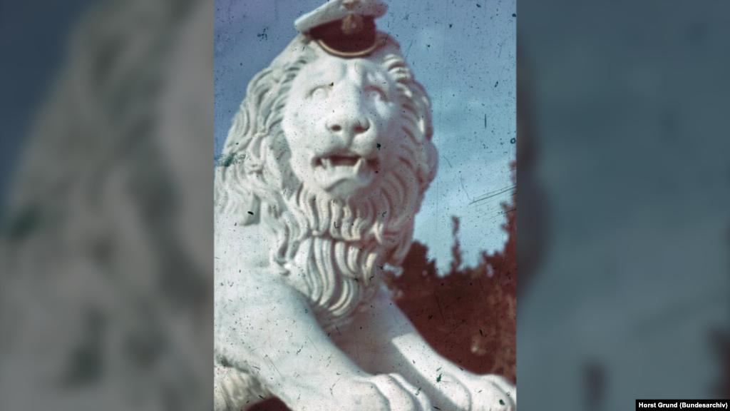 """Ніщо людське не було чуже навіть еліті німецької армії – морським офіцерам. Хтось, гуляючи Воронцовським палацом, надів на лева свого кашкета і сфотографував. Судячи з кількості зроблених знімків, цей палац користувався серед окупантів особливою """"любов'ю"""". На фото: лев з Воронцовського палацу в Алупці, липень 1942 року"""