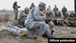 Armenia - U.S. military instructors train Armenian soldiers, 28Feb2014.