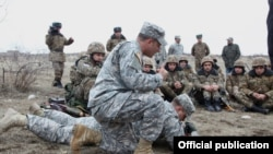 Armenia - U.S. military instructors train Armenian soldiers, 28Feb2014.