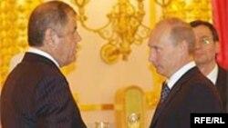 Тәжікстанның Ресейдегі елшісі Абдулмаджид Достиев (сол жақта) Ресей президенті Владимир Путинмен кездесуде. Мәскеу, 2007 жыл.