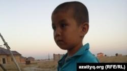 Сын жителя микрорайона Нурсат Азамата Сапарбаева, которого не приняли в расположенную рядом школу. Шымкент, 11 августа 2014 года.