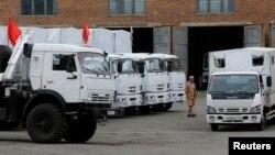 Kamionët e Rusisë duke pritur në afërsi të kufirit me Ukrainën