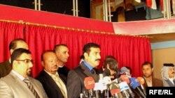الناطق باسم المنشقين عامر نجم يتلو إعلان الانشقاق عن الحركة الوطنية العراقية أمام اجتماع ببغداد، 21 تشرين الثاني 2009